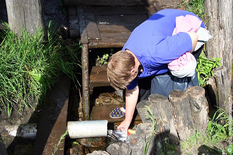 Вода в Андреевском колодце очень быстрая, сюда едут и с небольшими ёмкостями, и с большими.