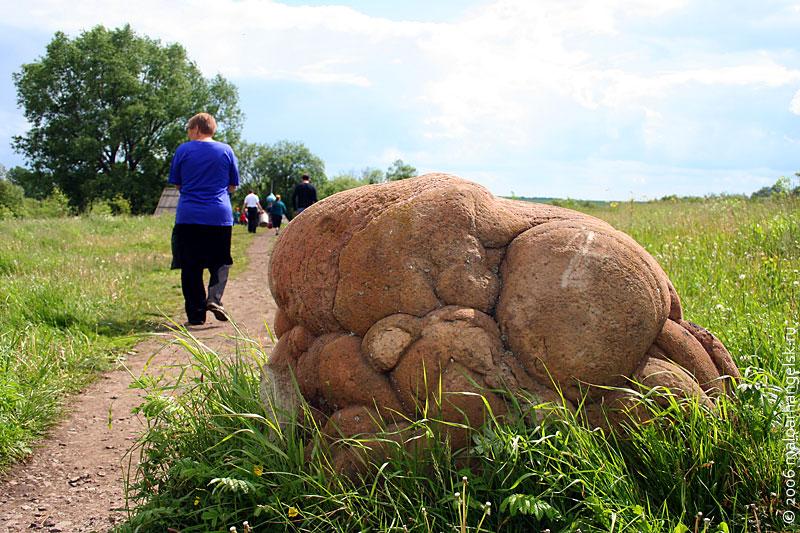 Камни похожи на застывшую кипящую лаву.