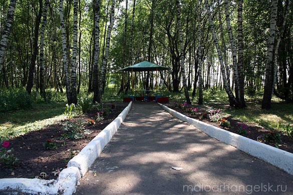 Место благоустроено: стоит беседка, заасфальтирована площадка для стоянки автомобилей и участок дорожки вглубь посадки