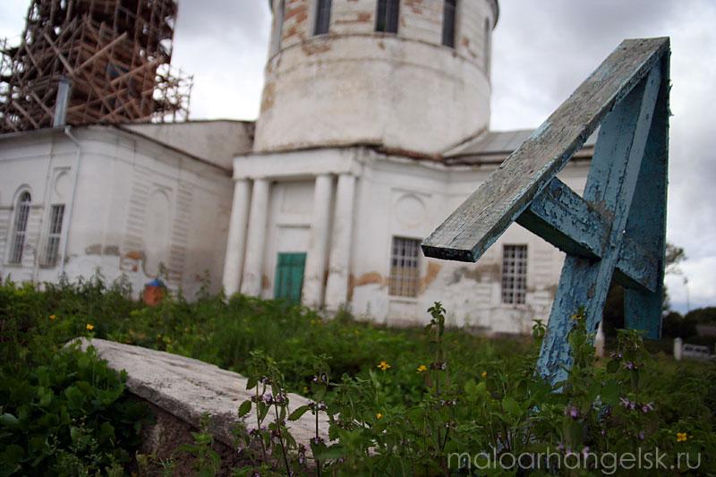 Старая могила на территории Свято-Покровского храма в Архарове.
