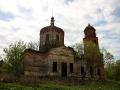 Покровская церковь стоит в центре села Лески, на крутом спуске к пруду.