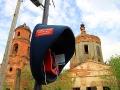 Церковь находится в центре села Лески, поэтому таксофон находится рядом с ней.