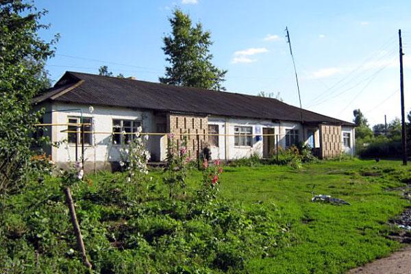 Здание библиотеки и почты села Луковец