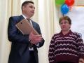 Учительницу Н.Н. Быкову поздравляет А.В. Кусков.
