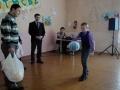 Главный тренер ФК Русичи Игорь Лузикин дарит спортсменам Луковской школы футбольные мячи.