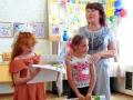 Наталья Токмакова вручает своим воспитанникам сувениры на память.