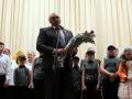 Цветы артистам вручает глава района Юрий Маслов.