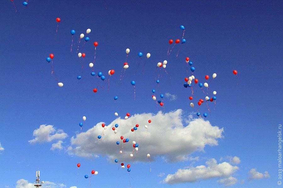 на видео летающие белые шарики