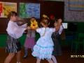 Ученики 3-го класса исполнили танец цветов.