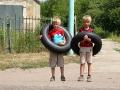 Братья со спасательными кругами возвращаются с пляжа