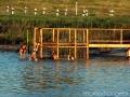 Ребята постарше прыгают с водостока