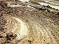 На дороге много следов от траков экскаваторов