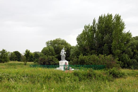 Общий вид воинского захоронения д. Коротеево