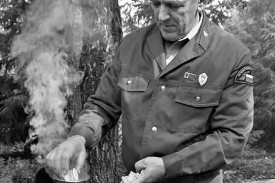 Чай с лесоводами на живописной опушке в густом лесу