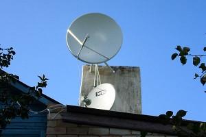 Спутниковая антенна, разумеется, не пригодится для связи. Просто картинка хорошая.