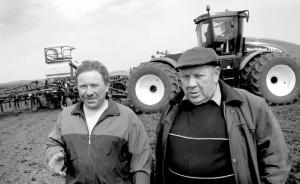 Руководитель филиала № 7 И.Ф. Шалимов (справа) и механизатор Ю.Е. Миненков