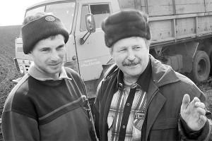 Механизатор Е.Ю. Ляпкин и председатель СПК им. Кирова А.Н. Пашков.