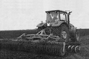 Боронование поверхности почвы на американском «Джоне Дире»
