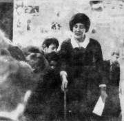 Мария Федоровна Шеховцова проводит экскурсию в музее боевой славы Малоархангельска с учениками школ района.