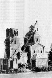 Возведение стен церкви в Малоархангельске, октябрь 2001 года. Фото в.Коклевского, газета Звезда
