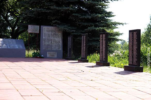 Мемориал в Протасово, 5 плит с фамилиями бойцов, установленных в 2010 году
