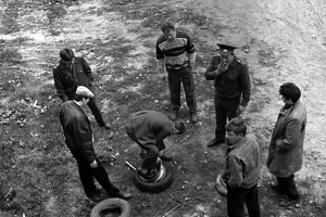 Опергруппа ждёт, пока Николай Егорович починит колесо