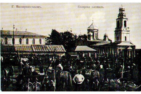 Базарная площадь. Справа - церковь ВО ИМЯ СВЯТОГО АРХАНГЕЛА МИХАИЛА, АРХИСТРАТИГА НЕБЕСНОГО ВОИНСТВА.