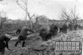 Жители г.Малоархангельска на расчистке развалин