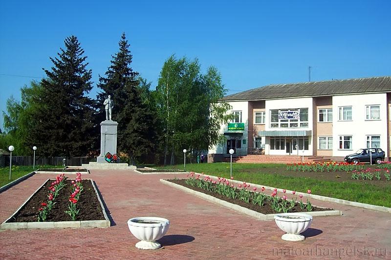 Памятник Ленину в Малоархангельске стоит напротив Дома Быта. Фото А. Полынкина
