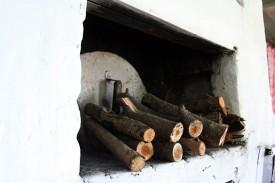 Русская печь не была рассчитана на уголь: топили дровами. Дров заготовлено за время выпиливания старых деревьев порядком.