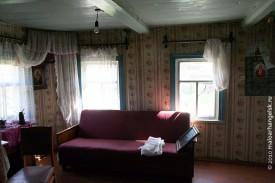 Интерьер дома: потолок деревянный, крашеный, как было принято. А на стенах обои. Так принято не было, это уже позднее наслоение.