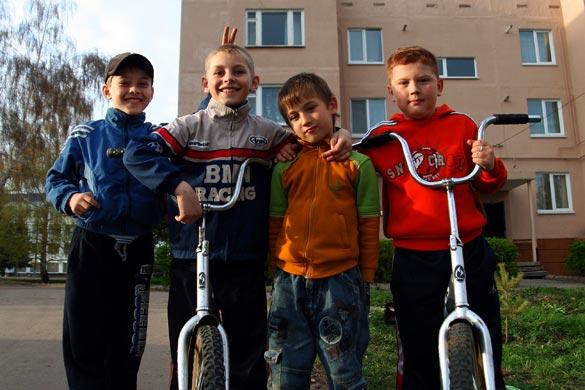 Май. Мальчишки. Велосипеды.
