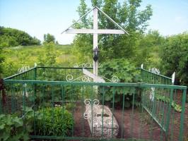 Усилиями двух местных верующих женщин на могилу Никодима была поставлена скромная металлическая ограда, существующая и доныне