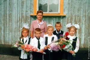 Учительница Хитровской начальной школы Юлия Леонидовна Чернова с учениками. 1 сентября 2004 года.