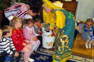 Осень принесла детям свои дары: румяные яблоки.