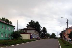 Современный Малоархангельск. Ул. Советская. Дом рядом с красной машиной когда-то принадлежал Захарьевым.