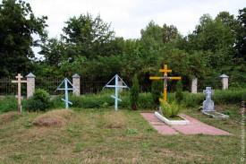 Могилы на территории Свято-Покровского храма в с. Архарово. Большой деревянный крест на могиле о. Дмитрия, рядом мраморный — место захоронения матушки Серафимы Зориной.