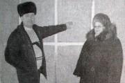Глава города Н. В. Коклевская и директор МСШ № 2 И. И. Горохов на строительном объекте.