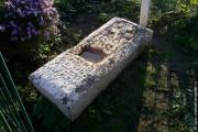 Надгробная плита на могиле Никодима у стены Богоявленского храма.