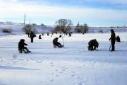 Мороз рыбалке не помеха: рыбаков собралось порядком.