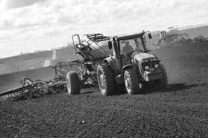 Тракторы на полях закладывают надёжную основу под урожай.