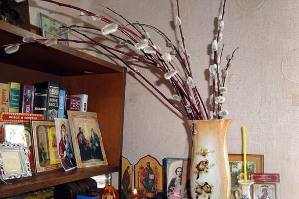 Верба на столе в вербное воскресенье.