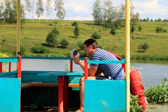 Спасатель на Новом Беленьком наблюдает за купающимися.