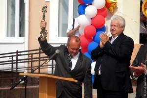 Символический ключ от Малоархангельской средней школы в руках директора Игоря Ивановича Горохова.