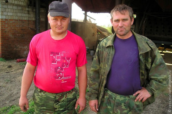 На сушилке работают молодые парни — Евгений Александрович Трошин и Александр Сергеевич Леонтьев.