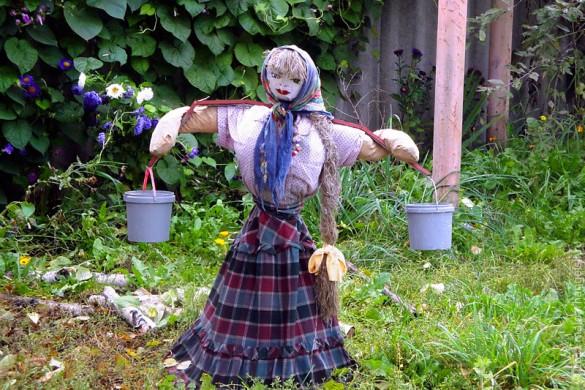 Девица-красавица задумалась с ведерками на коромысле.