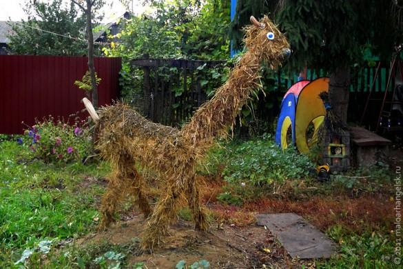 Из сухой травы получилась лама.