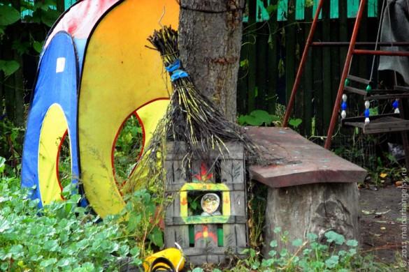 Выдумщики из старого ящика и веника сооружают игрушечный домик