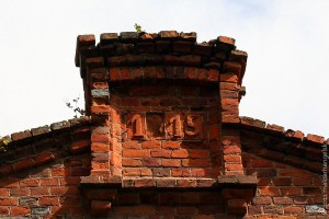 Сохранившиеся остатки кирпичной кладки в Каменке: фронтон бывшей школы.