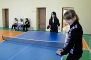 Школьники играют в настольный теннис.